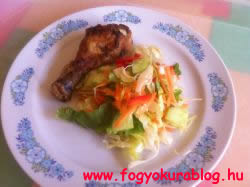 Sült csirkecomb salátával